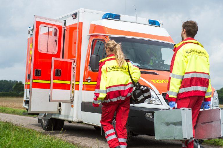 Notfallsanitäter und Rettungswagen